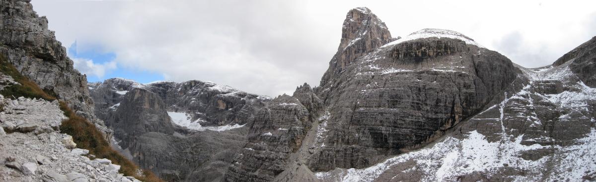 Wandern in den Dolomiten – Unter den Marmorklippen